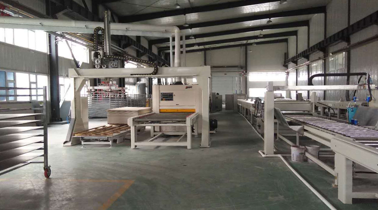 Automatic coating line of building wall board