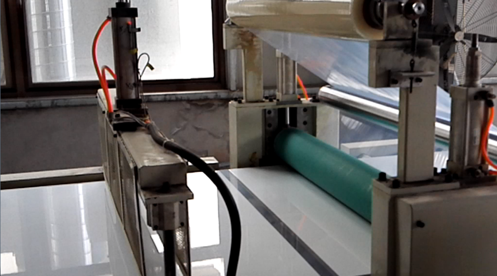 Automatic lamination and cutting plastic protec...