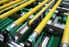 Solid roller and belt lifting conveyor